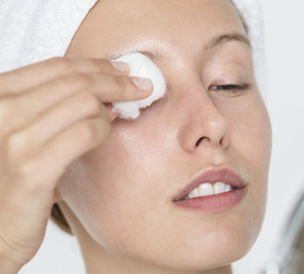 Guinot-Eau-Demaquillante-Micellaire-Instant-Cleansing-Water-abloomnova.net_ How to remove makeup - some tips
